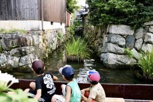 伊庭の水路を眺める子どもたち