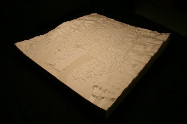作成した模型。80cm×90cm、Scale 1:3000 (写真は景観開花。HPより)