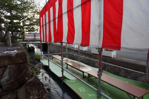 川床の奥には田舟が見えます