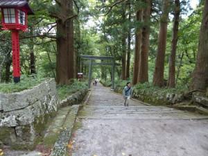日本一長い自然石の道を登っていきます